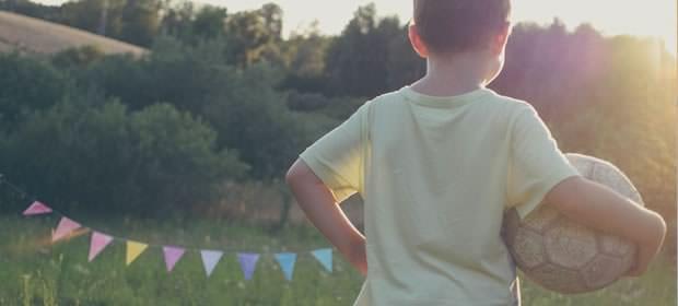 ボールを持った少年の画像