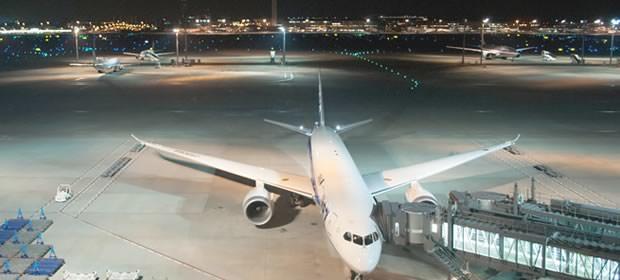 飛行機と空港の画像