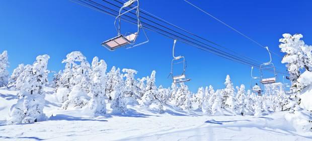 スキー場にあるリフトの画像