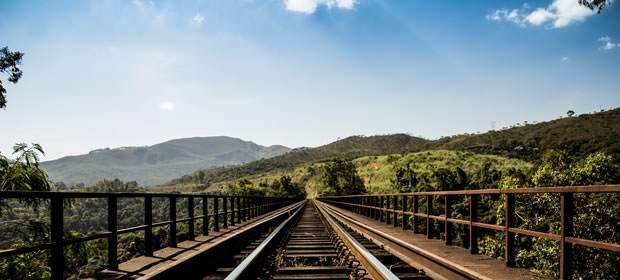山中に伸びる線路の画像