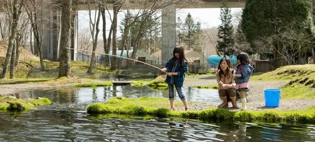 親子が釣りをしている画像