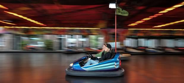 レーシングカートで遊ぶ子供の画像